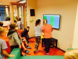 Kinderen in unit 3 zien iedere dag het aanbod op een van de vier schermen.