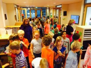 Kinderen oriënteren zich tijdens de eerste schooldag door de nieuwe unit.